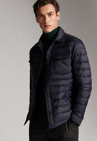 Massimo Dutti - GESTEPPTE DAUNENJACKE EXTRA LIGHT 03434195 - Down jacket - blue - 3