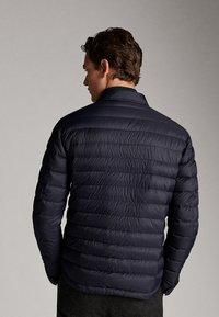 Massimo Dutti - GESTEPPTE DAUNENJACKE EXTRA LIGHT 03434195 - Down jacket - blue - 2