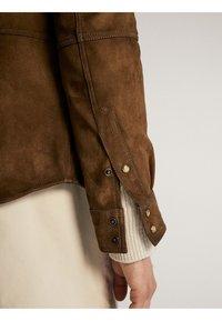 Massimo Dutti - HEMDJACKE AUS WILDLEDER MIT TASCHEN 03313213 - Skinnjacka - brown - 6