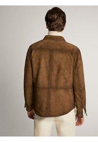Massimo Dutti - HEMDJACKE AUS WILDLEDER MIT TASCHEN 03313213 - Skinnjacka - brown - 2