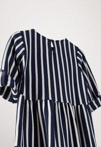Massimo Dutti - GESTREIFTES KLEID AUS BAUMWOLLE IN MARINEBLAU 06618134 - Day dress - blue-black denim - 5