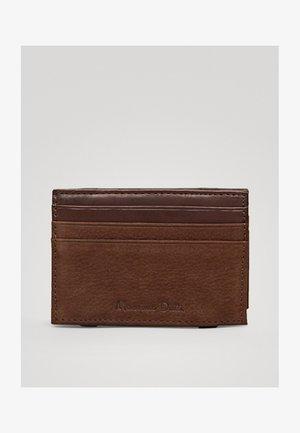 AUS GEPRÄGTEM LEDER  - Business card holder - brown