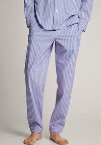 Massimo Dutti - MARINEBLAUER BAUMWOLLPYJAMA MIT STREIFEN 00402185 - Pyjamas - blue - 0