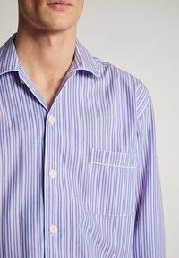 Massimo Dutti - MARINEBLAUER BAUMWOLLPYJAMA MIT STREIFEN 00402185 - Pyjamas - blue - 4