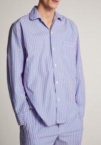 Massimo Dutti - MARINEBLAUER BAUMWOLLPYJAMA MIT STREIFEN 00402185 - Pyjamas - blue - 3