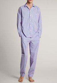 Massimo Dutti - MARINEBLAUER BAUMWOLLPYJAMA MIT STREIFEN 00402185 - Pyjamas - blue - 1