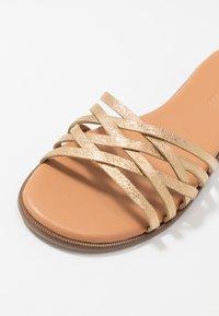 Madewell - TRACIE CRISS CROSS  - Pantofle - gold - 5