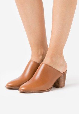 HARPER MULE  - Pantofle na podpatku - english saddle
