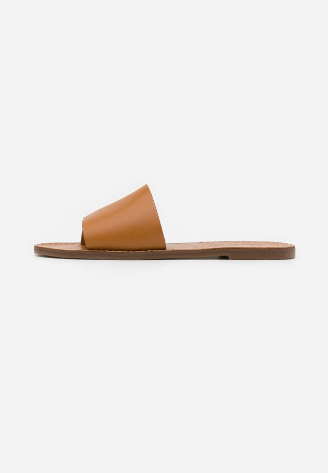 BOARDWALK POST SLIDE - T-bar sandals - desert camel