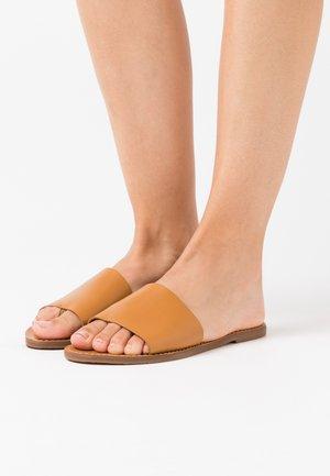 BOARDWALK POST SLIDE - Sandály s odděleným palcem - desert camel
