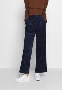 Madewell - PLEATED WIDE LEG - Spodnie materiałowe - dark nightfall - 0