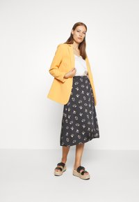 Madewell - SIDE BUTTON MIDI SKIRT IN GENGY FLORAL - A-line skirt - true black - 1