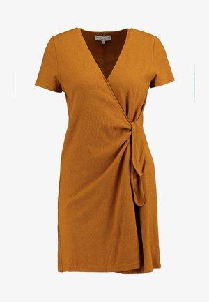 SHORT MILLER DRESS - Žerzejové šaty - golden pecan