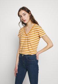 Madewell - WHISPER VNECK POCKET TEE STRIPE - Print T-shirt - burnished caramel hojicha - 0