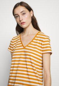 Madewell - WHISPER VNECK POCKET TEE STRIPE - Print T-shirt - burnished caramel hojicha - 4