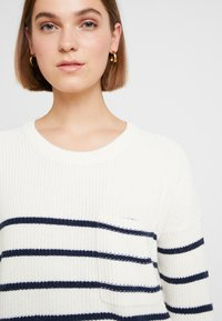 Madewell - BIRCH PATCH POCKET PULLOVER NAUTICAL STRIPE - Svetr - pearl ivory - 4