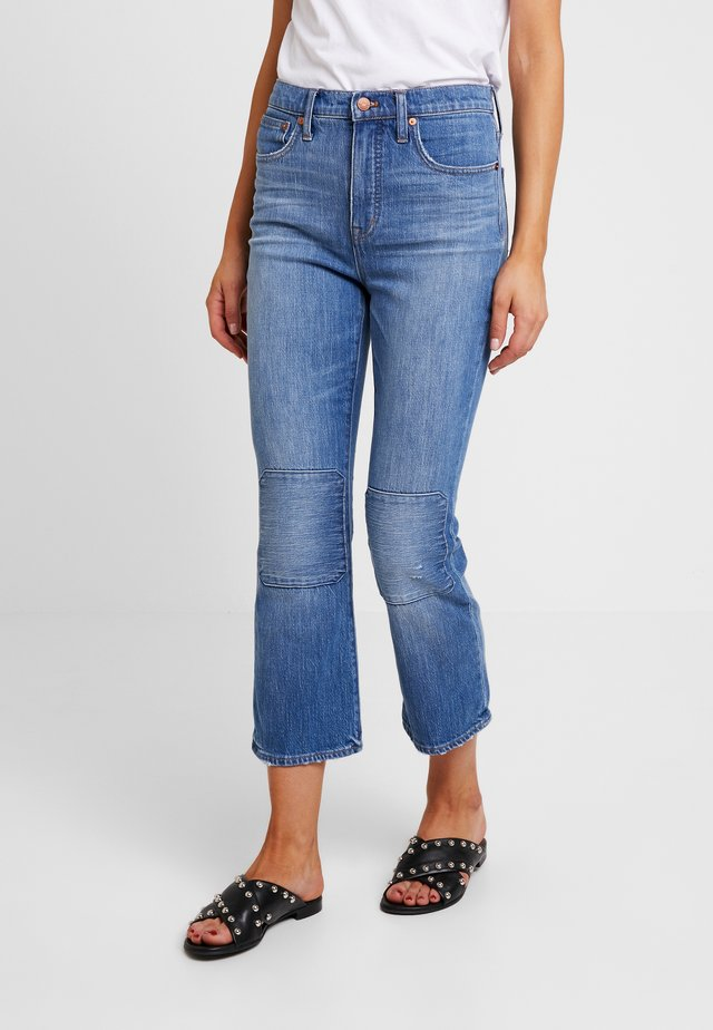 CALI DEMI BOOT WITH KNEE PATCHES - Jeans Straight Leg - farrah wash