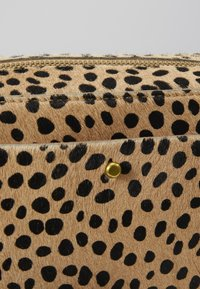 Madewell - TRANSPORT CAMERA BAG ALL OVER SPOT DOT - Taška s příčným popruhem - sand dune multi - 4