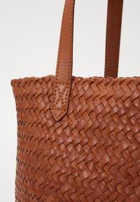 Madewell - MEDIUM TRANSPORT WOVEN - Handbag - burnished caramel - 3