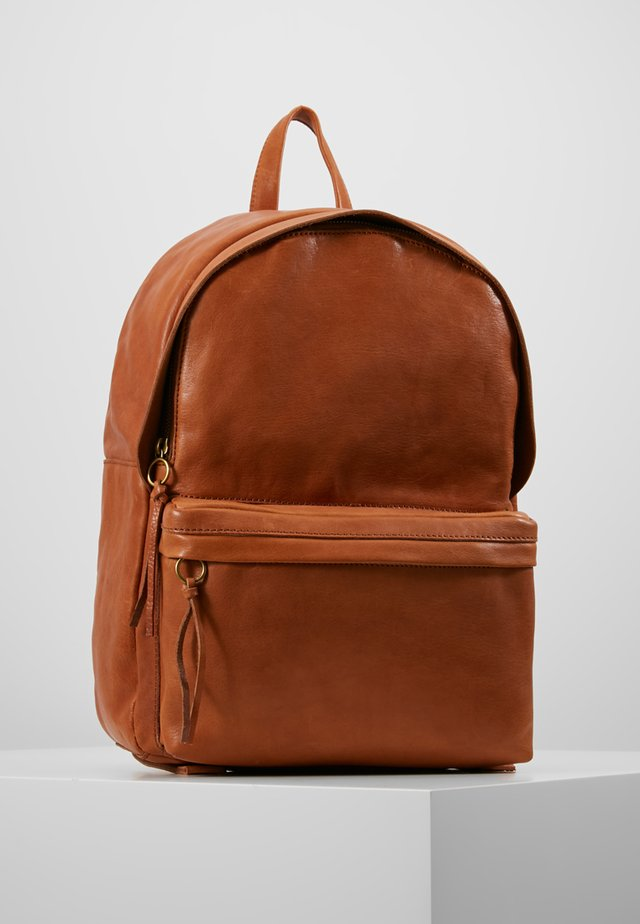 THE LORIMER BACKPACK - Batoh - english saddle