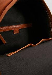 Madewell - THE LORIMER BACKPACK - Reppu - english saddle - 4