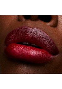 MAC - LOVE ME LIPSTICK - Lippenstift - maison rouge - 4