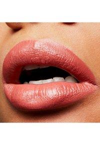 MAC - AMPLIFIED CRÈME LIPSTICK - Lippenstift - smoked almond - 2