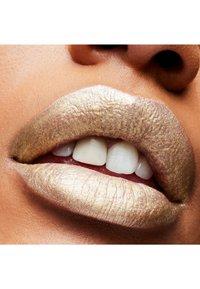 MAC - FROST LIPSTICK - Lipstick - spoiled fabulous - 3