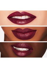 MAC - RETRO MATTE LIQUID LIPCOLOUR - Rouge à lèvres liquide - oh, lady - 2