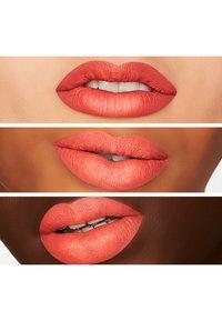 MAC - RETRO MATTE LIQUID LIP COLOUR - Liquid lipstick - rich & restless - 2
