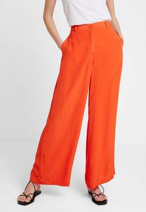 PERINUS TROUSERS - Spodnie materiałowe - pumpkin