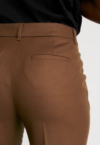 Marc O'Polo PURE - PANTS SLIGHTLY TAPERED FIT - Broek - dark camel