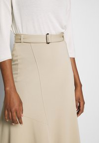 Marc O'Polo PURE - JERSEY CREPE SKIRT, WIDE A-SHAPE, MIDI LENGTH, INSERT CUTLINES,  - A-snit nederdel/ A-formede nederdele - warm sand - 4