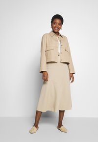 Marc O'Polo PURE - JERSEY CREPE SKIRT, WIDE A-SHAPE, MIDI LENGTH, INSERT CUTLINES,  - A-snit nederdel/ A-formede nederdele - warm sand - 1