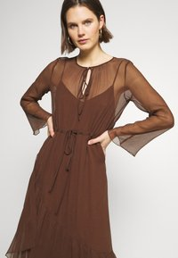 Marc O'Polo PURE - MIJA DRESS LONG AND WIDE SLEEVES ROUND NECK WITH SLIT - Robe d'été - dark chocolate - 4