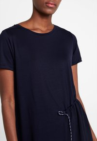 Marc O'Polo PURE - SHORT SLEEVE LONG BODY - Print T-shirt - pure navy - 4