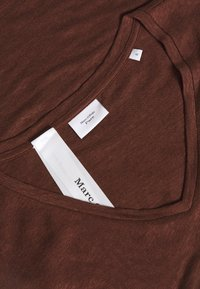 Marc O'Polo PURE - MIJA  V NECK CUT ON SLEEVE ROUNDED - T-shirts basic - dark chocolate - 2