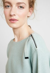 Marc O'Polo PURE - STRUCTURE - Neule - sage green - 5