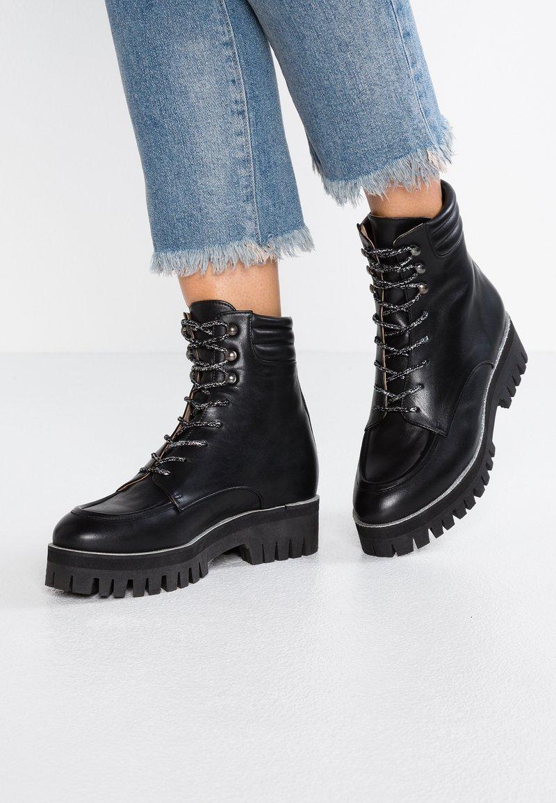 Mellow Yellow - EPIJAQUARD - Platform ankle boots - black