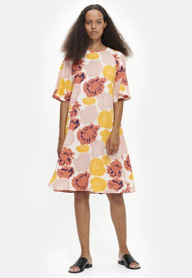 VARISTA PIENI PIONI  - Day dress - peach/yellow/coral