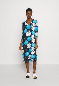 Marimekko - ILTAMA PIENI PIONI DRESS - Jerseyklänning - dark blue/black/vivid blue - 0