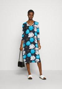 Marimekko - ILTAMA PIENI PIONI DRESS - Jerseyklänning - dark blue/black/vivid blue - 1