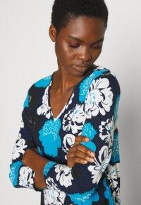 Marimekko - ILTAMA PIENI PIONI DRESS - Jerseyklänning - dark blue/black/vivid blue - 3
