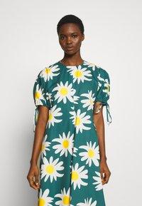 Marimekko - HELAKKA RAKASTAA EI RAKASTA DRESS - Kjole - green/off-white/yellow - 3