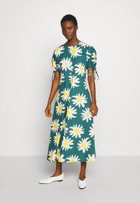 Marimekko - HELAKKA RAKASTAA EI RAKASTA DRESS - Kjole - green/off-white/yellow - 0