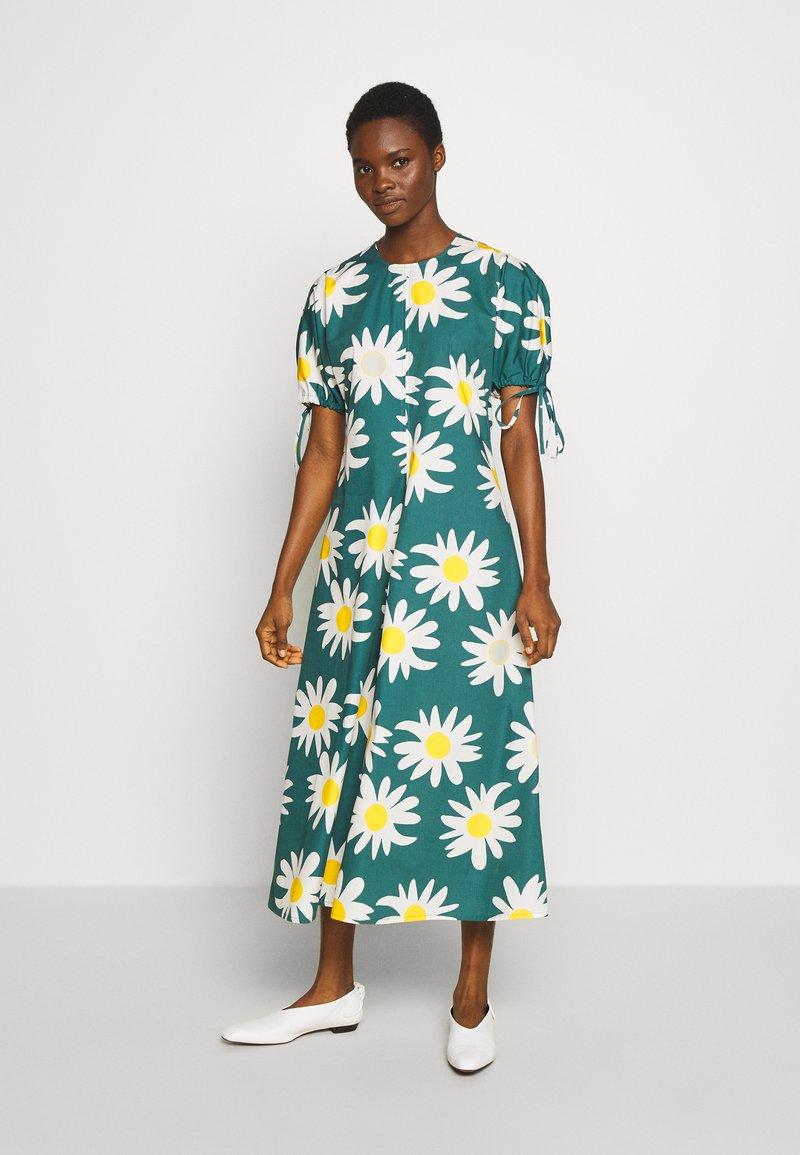Marimekko - HELAKKA RAKASTAA EI RAKASTA DRESS - Kjole - green/off-white/yellow