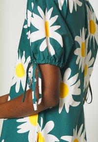 Marimekko - HELAKKA RAKASTAA EI RAKASTA DRESS - Kjole - green/off-white/yellow - 5