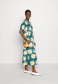 Marimekko - HELAKKA RAKASTAA EI RAKASTA DRESS - Kjole - green/off-white/yellow - 1