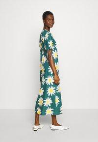 Marimekko - HELAKKA RAKASTAA EI RAKASTA DRESS - Kjole - green/off-white/yellow - 2