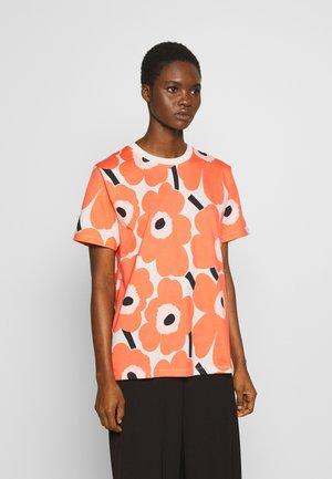 KIOSKI HIEKKA PIENI UNIKKO - T-shirt med print - beige/coral/black